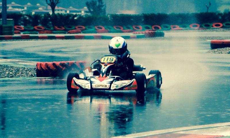 kart corriendo bajo lluvia