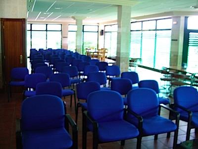 sala vip sillas y ventanal