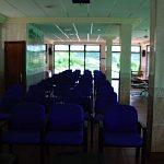 sala vip sillas azules de frente