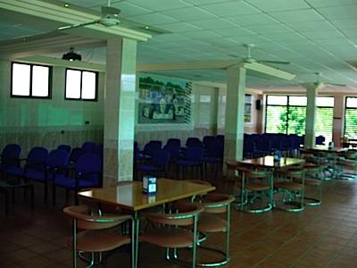 sala vip mesas y sillas azules